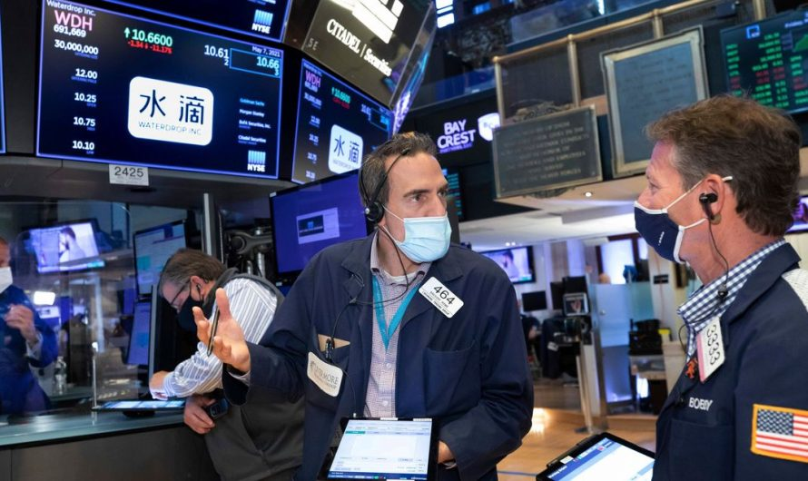 Tech Shares Weigh on Major Indexes